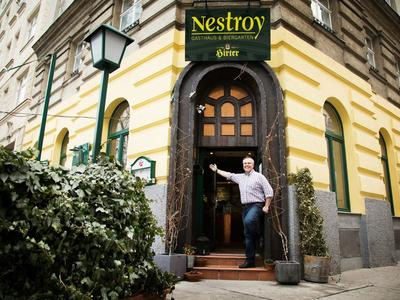 Herr Stöckl heißt Sie willkommen im Gasthaus Nestroy
